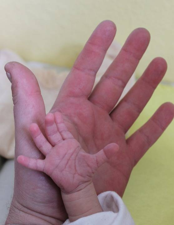 新生儿睡觉容易惊醒怎么办新生儿睡觉容易惊醒的原因是什么呢